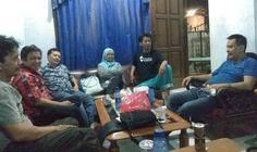 Ody Mulya Hidayat mengenakan kaos biru beramah tamah dengan wartawan KJSI di kediaman Bpk. dadang S, usai hadiri acara buka puasa bersama.