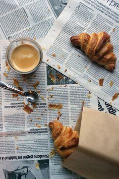 Lekker lang ontbijten met de krant en croissantjes
