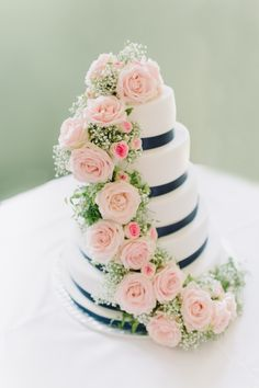 Romantisch-elegante Hochzeitstorte | Schloss Altenhof, Austria | Silvia Fischer. echte kuchenliebe. Konditormeisterin.  five-tier wedding cake with pretty roses  www.silviafischer.com Photo: Manuela Kalupar | www.manuelakalupar.com