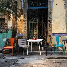 """Chaise de jardin colorée """"Harry's"""" - Maisons du monde. Inspirée du design culte des chaises de jardin du Luxembourg à Paris, cette chaise offrira à votre coin de verdure un joli clin d'œil au style parisien emblématique. Outdoor ou indoor, nul doute qu'elle fera son effet !"""