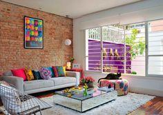 sofá cinza e almofadas coloridas - The Blue Post                                                                                                                                                                                 Mais