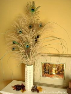 Modern Floral Arrangements, Dried Flower Arrangements, Vase Arrangements, Flower Vases, Dried Flowers, Peacock Crafts, Peacock Decor, Feather Decorations, Peacock Colors