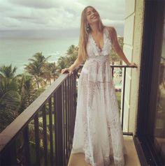 Um deles é da estilista brasileira Martha Medeiros!   Sofia usou o longo de renda renascença na pré festa