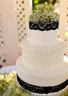 Black and white wedding cake #wedding #cake #inspiration #details #blackandwhite