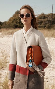 Boyish Charm   An unstructured blanket coat, accessorized with cat-eye frames. A saddlebag, personalized with a tassel and a charm figurine based on traditional handicraft.