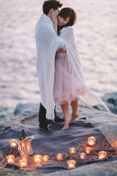 A Sweet Couple Surrounded by Glowing Lanterns | Jenny Sun Photography | A Romantic Seaside Engagement by Candlelight