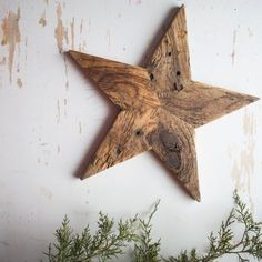 Pallet Ideas Decorative star made from reclaimed pallet wood. This rustic, farmhouse-style star is the perfect accent for your holiday or year-round decor. The warm appeal o - Recycled Pallets, Wooden Pallets, Pallet Wood, Outdoor Pallet, Easy Woodworking Projects, Diy Pallet Projects, Pallet Ideas, Woodworking Plans, Woodworking Furniture
