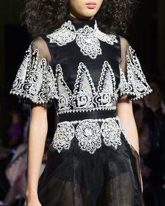 Temperley London at London Fashion Week Fall 2017 - Details Runway Photos Fashion Books, World Of Fashion, High Fashion, Fashion Show, Haute Couture Style, London Fashion Weeks, Spring Dresses, Spring Outfits, Fallen London