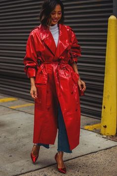 How to wear a red laminated trench coat with red heels and denim jeans . Street style from new york fashion week - vinyl coat street style, street looks , trends New York Street Style, Street Style Trends, Look Street Style, Street Style 2018, Street Style Women, Cool Street Fashion, Look Fashion, New Fashion, Trendy Fashion