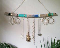 Porte-bijoux bois flotté.  Cette œuvre d'art va ajouter grand caractère à votre maison ! Accrocher vos colliers, bracelets, boucles d'oreilles etc..  Taille : Diamètre: Chaque pièce est environ 1-2 pouces de diamètre.  Longueur : Petit: Bois flotté est entre 10-12 pouces de long avec 5 crochets. Médium: Bois flotté est entre 15-18 pouces long avec 10 crochets. Large: Bois flotté est entre 22-24 pouces de long avec des 15 crochets Extra Large: Bois flotté est entre 32-36 pouces long avec…