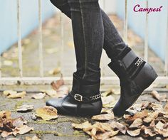 Uma bota com detalhes de corrente para deixar o look ainda mais despojado!