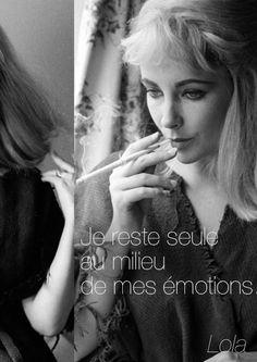 Je reste seule au milieu de mes émotions. - Lola