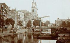 Waterlooplein te Amsterdam in 1867. Uitzicht op de Houtgracht richting de Mozes en Aäronkerk. De Houtgracht werd in 1882 gedempt waarna het Waterlooplein onstond. De markt op het Waterlooplein was tot de oorlog van oudsher een Joodse markt. Het plein wordt sinds 1986 gedomineerd door de Stopera, het stadhuis en muziektheater van Amsterdam. De markt is tot op de dag van vandaag elke dag geopend (behalve op zondag).