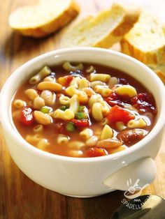 Il Minestrone di fagioli e peperoni rossi è un piatto di verdure e legumi nutriente e saporito che verrà apprezzato da tutta la famiglia.