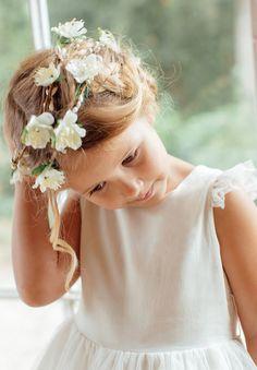 Couronne de fleurs pour cheveux de petite fille et bébé.  Cette magnifique couronne de fleurs couleur ivoire coiffera toute petite fille voulant ajouter à leur tenue une touche champêtre pour un évènement : mariage, cérémonie, anniversaire, fête. Girls Dresses, Flower Girl Dresses, Ivoire, Rose, Wedding Dresses, Celebrities, Flowers, Happy, Fashion