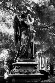 Große Engelsstatue < Alter Friedhof Saarlouis