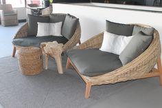 Een knipoog naar de jaren 60. Dit fantastische Daybed gemaakt van 1e klas KUBU riet is een heerlijke loungebank voor zowel binnen als buiten of onder de veranda om (samen) in te zitten.