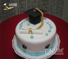 Torta de Graduación Elaborada con bizcocho de yogurt y chocolate, forrada en masa elástica, accesorios y adornos elaborados en azúcar. Rind...