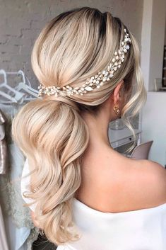 Wedding Hairstyles Best Ideas For 2020 Brides We have collected wedding ideas based on the wedding fashion week. Look through our gallery of wedding hairstyles 2020 to be in trend! Short Hair Updo, Short Hair Styles, Blonde Ponytail, Bun Styles, Dress Styles, Curly Hair, Bridal Ponytail, Ponytail For Wedding, Bridal Hairstyle