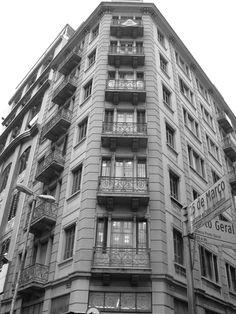 """Rua 25 de Março - Por Alexandre Cardoso Essa foto destaca um prédio com uma geometria diferente dos prédios """"normais"""", uma foto mais artística, pelo fato de ser mais geométrica.A foto tem um olhar mais de viajante, pelo fato de focar mais em um prédio do que no resto do cenário. Por Alexandre Cardoso"""