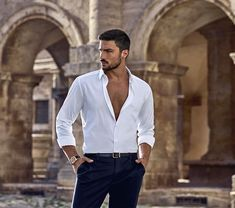 Mariano Di Vaio, el hombre que ha conquistado a Dolce & Gabbana Dolce & Gabbana, White Shirt Men, Photography Poses For Men, Charming Man, Herren Outfit, Mens Style Guide, How To Roll Sleeves, Well Dressed Men, Gentleman Style