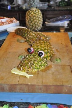 ananas-crocrodile Funny Food Art You Can Try at Home Photos)make a pineapple alligator for party table decoration other food ideas)Putting in Cute Food, Good Food, Yummy Food, Fruits Decoration, Food Carving, Fruit Displays, Snacks Für Party, Fruit Art, Food Crafts