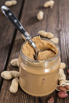 How to make homemade peanut butter! It is super easy and tastes SO much better than store-bought! Gotta try this, cause we love peanut butter! Dog Treat Recipes, Clean Recipes, Peanut Recipes, Veggie Recipes, Healthy Recipes, Frozen Dog Treats, Do It Yourself Food, Homemade Peanut Butter, Sauces