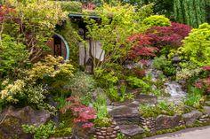 Prachtige gedetailleerde Japanse tuin, met een tuinhuis, een beekje en serene maar toch kleurrijke beplanting. ...