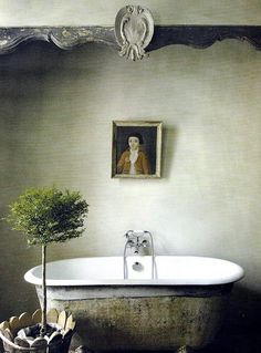 So much inspiration in today's French Country roundup including: Elegant simplicity in an magnificent Provencal, French Country bathroom with aged clawfoot tub and serene decor. Baños Shabby Chic, Shabby Chic Kitchen, Modern Bathroom Design, Bathroom Interior Design, Bath Design, Eclectic Bathroom, Bathroom Designs, Interior Exterior, Beautiful Bathrooms