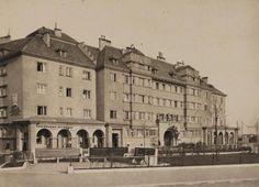 """Wien 16: Sozialer Wohnbau """"Sandleitenhof"""" (1924-1928) (der größte Gemeindebau des Roten Wien der Zwischenkriegszeit) am Nietzscheplatz in Ottakring. Photographie. Um 1930."""