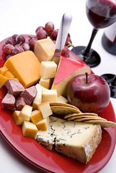 Looking for an appetizer to please all your guests? What can be better than wine and cheese? Find the best cheese and beverage pairing tips from our friends at @Sargento Cheese! #HolidayHelper