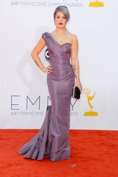 Kelly Osbourne escogió el malva para vestido y cabello.
