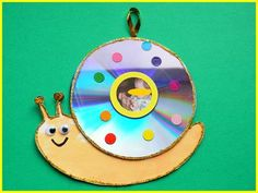Best wall hangings out of Waste CDs - DIY ideas for Kids from old CDs and DVDs Cd Crafts, Puppet Crafts, Paper Crafts For Kids, Preschool Crafts, Diy Paper, Christmas Crafts, Christmas Ornaments, Cool Walls, Diy Wall Decor