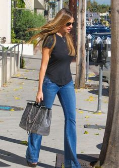 Sofia Vergara in Flare Jeans. Sofia really seems to favor flare jeans, we have spotted her more times in flares than any other celebrity. Sofia Vergara, Casual Chic, Smart Casual, Summer Outfits, Casual Outfits, Cute Outfits, Love Fashion, Womens Fashion, Fashion Trends