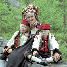 Pynting av kone med Hettebunad - Magasinet Bunad. Øvre Hallingdal
