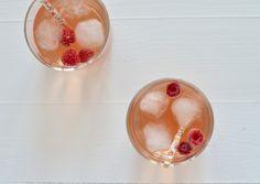 Een spannende cocktail op basis van gin tonic met frambozen en rozenwater.