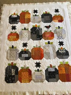 Halloween Quilt Patterns, Halloween Sewing Projects, Halloween Quilts, Fall Halloween, Fall Sewing, Fall Quilts, Quilting Projects, Quilting Ideas, Mini Quilts
