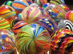 Group of marbles made by Eddie Seese.  *********** Gruppe von Murmeln des Künstlers Eddie Seese, USA