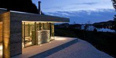HYTTA SOM SVEVER: Det utstikkende taket, lyset i himlingen og måten huset er er lagt på i terrenget skaper til sammen en lett, visuell virkning.