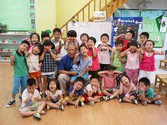 9/12 Lee的同學楷立的阿公到我們班上來,幫我們檢查植物健不健康我們一起合照~