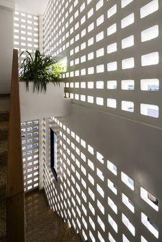 Ho Khue Architects Entwerfen Sie ein Gartenhaus in Đà Nẵng, Vietnam - Haus dekoration Brick Architecture, Architecture Details, Interior Architecture, Staircase Interior Design, Breeze Block Wall, Small Buildings, Dream House Exterior, Facade House, Architect Design