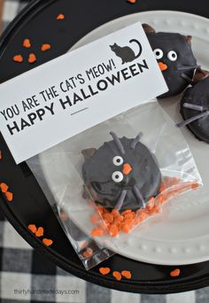 Make these sweet and simple Halloween Cat Oreo Cookies and download this free Halloween printable! Perfect and puny Halloween Gift Idea!