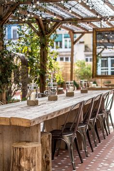Terrasse im Freien in Barcelona - Soubeyrand, Diy Pergola, Outdoor Pergola, Outdoor Tables, Outdoor Rooms, Backyard Patio, Backyard Landscaping, Outdoor Gardens, Outdoor Decor, Outdoor Farmhouse Table
