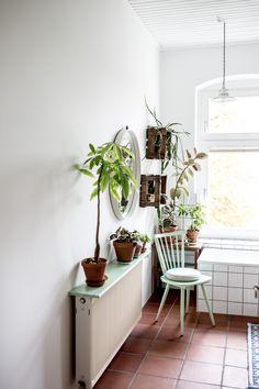 Alex Bender home von Bad Inspiration, Bathroom Inspiration, Home Interior Design, Interior Decorating, Cute Apartment, Design Blog, Decoration, Indoor Plants, Minimalism