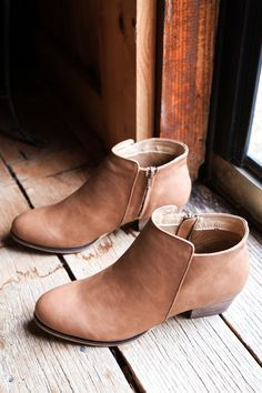 The Dealer Ankle Boot by Chelsea Crew is so comfy and has a cushioned toe that hugs your foot. You'll want to wear her everyday, all year long, with your fave outfits. GENERAL INFO: - PU Upper; Man ma