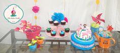 Pequeña mesa infantil, de Dora la exploradora, con pastel  de chocolate, cupcakes de vainilla  y  galletas de mantequillas  Small child table, Dora the Explorer, with chocolate cake, vanilla cupcakes and butter cookies.