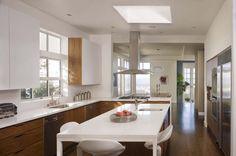 Souligner le design simple et minimaliste grâce aux placards blancs et certaines parois en bois