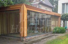 www.jaro-houtbouw.nl 0341-759000 Tuinkamer bouwen   Jaro houtbouw. Deze exclusieve tuinkamer   tuinkantoor   tuinatelier is gebouwd voor een opdrachtgever in Schoten (België). De gevels zijn uitgevoerd in noestvrij ceder. Een mooi detail is de kolom in verstek waartussen een grote glazen schuifpui   sliding doors. Deze tuinkamer is ook uiterst geschikt als atelier. Tuinkantoor   tuinkamer   tuinatelier   winterkamer Home And Garden, Garden Room, Small Garden, House, House Extensions, Home, Small House, Tiny House, Exterior