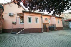 Vă oferim o casă cu acces auto pe strada Elena Ghiba Birta, în imediata apropiere a intersecției Intim. Proprietatea este mobilată și utilată cabinet stomatologic la standarde europene.