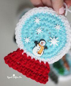 Crochet SnowGlobe Ornaments - Repeat Crafter Me Crochet Christmas Ornaments, Christmas Crochet Patterns, Holiday Crochet, Christmas Crafts, Repeat Crafter Me, Crochet Santa, Free Crochet, Simple Crochet, Hat Crochet